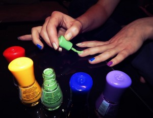 pintando las uñas